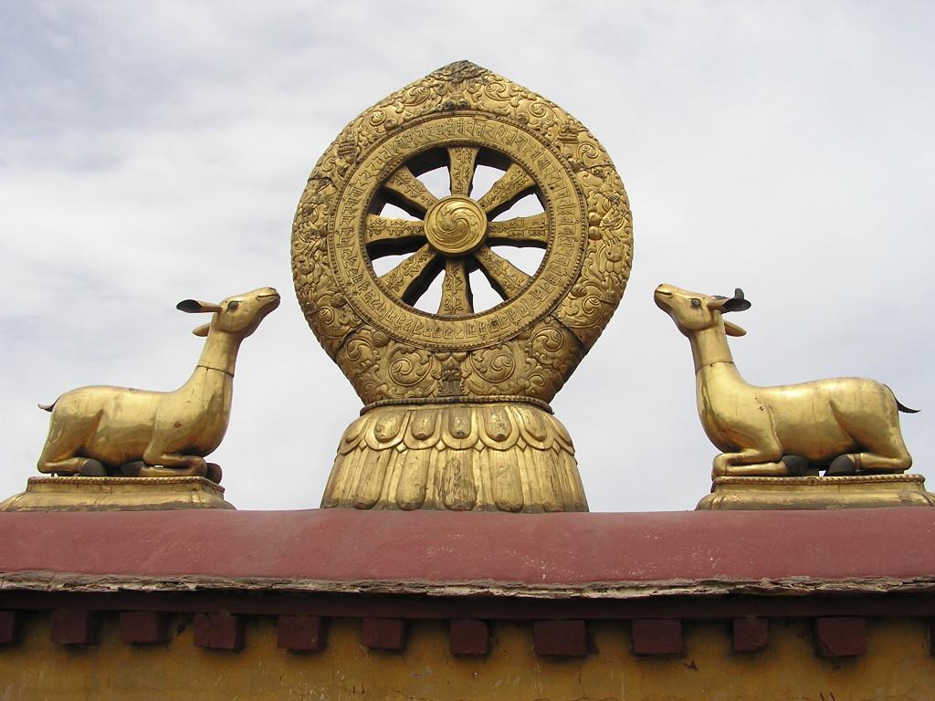 Il dharmacakra in cima al Tempio Jokang a Lhasa, in  Tibet
