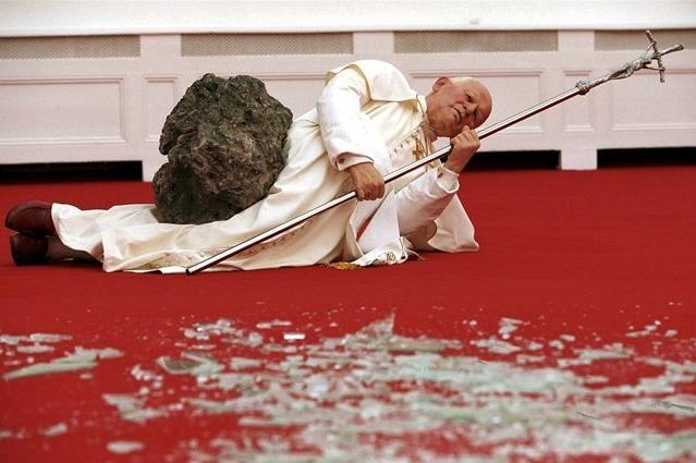 la-nona-ora-cattelan-giovanni-paolo-ii-papa-cattolicesimo