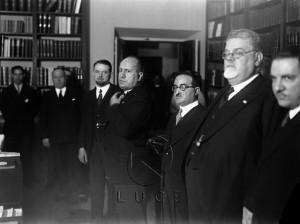 Mussolini in visita alla sede dell'Istituto Treccani. Tra i presenti, lo stesso Gentile