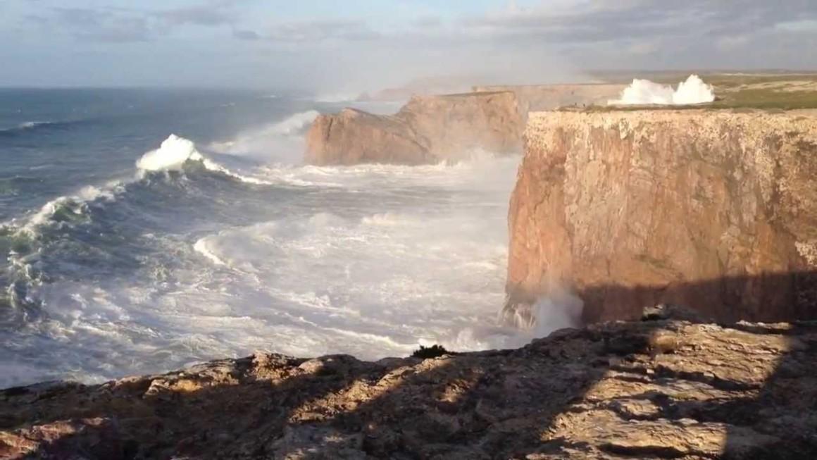 """""""Sii simile ad un promontorio contro il quale incessantemente s'infrangono le onde e quegli sta saldo, e s'abbonacciano intorno a lui i gorgoglii dell'acque"""" Marco Aurelio"""