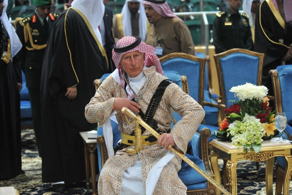 Il Principe Carlo indossa nelle tradizionali vesti saudite, a dimostrazione di un legame a doppio filo, che, forse, Evola non riuscì a scorgere.
